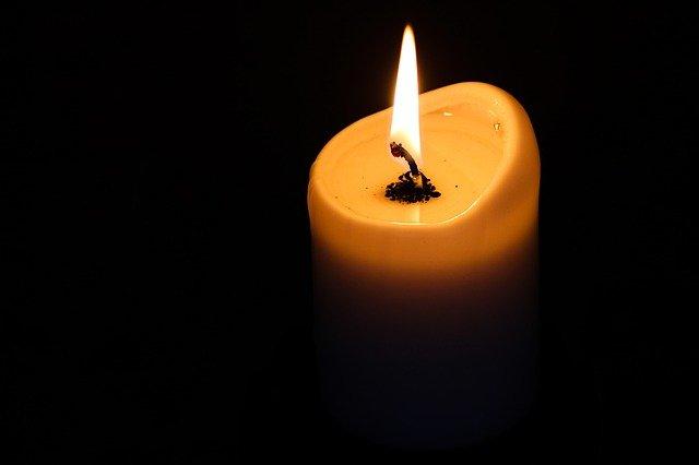 Brennende Kerze bei Laudes