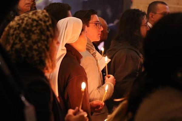 Menschen im Gebet versammelt